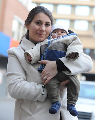alleinerziehende Mutter mit einem Baby